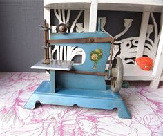 Antique victorian child sewing machine 1920s origin : France dated 1920. This toy is still in very good condition . The mechanism is complete and