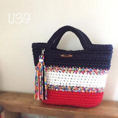 แบบนี้ สีเขียว มีสายสะพายยาว vostro ordine, come set e il fascino manica caffè è completata entro la fine dell'anno un valore nella spedizione di domani. Crochet Clutch, Crochet Handbags, Crochet Purses, Bead Crochet, Crochet Crafts, Crochet Bags, Diy Sac, Yarn Bag, Knitted Bags