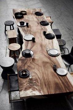 La table à manger Dolmen, superbe table contemporaine en bois brut massif avec … The Dolmen dining table, superb contemporary table in solid raw wood with black metal legs, Magali Gmt