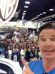Benedict Cumberbatch gives #SDCC his finger point of approval. #TheHobbit #Selfie pic.twitter.com/yzMZOAUBoV