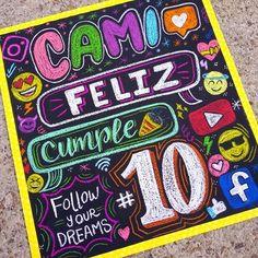 Nos declaramos adictos a las REDES SOCIALES 😱😵 y así lo demostramos en el #cartelpizarra para Camila que cumplió 10añitos y le fascinan -como a nosotros- estas aplicaciones! 📲💕💻💥 . . . Gracias a @mafdg3_7 por hacernos parte de esta bonita sorpresa 😍💕 . . #laChicadelasPizarras . . . #Socialmedia #emojis #pizarras #regalos #sorpresas #pancartas #carteles #redessociales #marketing #emojiparty #ccs #cartelespersonalizados #tizas #letras #chats #instagramers #youtuber #typer #letters Neon Party, Brush Lettering, Illustrations And Posters, Handicraft, Cake Toppers, Origami, Diy And Crafts, Happy Birthday, Presents