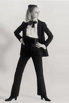 The first tuxedo for women. Crédit photo : Fondation Pierre Bergé - Yves Saint Laurent / Collection haute couture automne-hiver 1966.