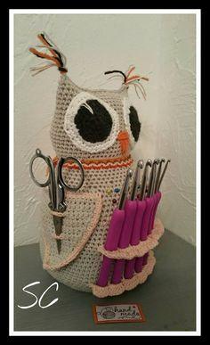 Nouveauté en boutique , un fabuleux porte crochets, et accessoires tel que ciseaux , aiguilles , et marque-rang , une super chouette réalisé : Accessoires de maison par deux-petites-mains                                                                                                                                                      Plus