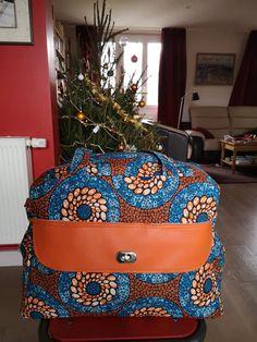 Sac à langer Boogie imprimé style wax et simili orange cousu par Pascale - Patron sac à langer Sacôtin