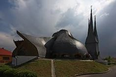 Catholic Church in Paks, Hungary Frank Lloyd Wright, Gaudi, Architecture Organique, Organic Architecture, Christian Church, Hungary, Outdoor Gear, Catholic, Fighter Jets