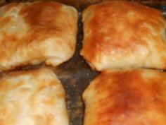 Reteta culinara Pateuri cu carne din categoria Aperitive / Garnituri. Cum sa faci Pateuri cu carne Hamburger, Supe, Bread, Cheese, Chicken, Romania, Food, Brot, Essen