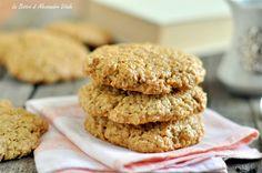 I Biscotti all'avena e olio extra vergine di oliva sono dei dolcetti buonissimi e non troppo calorici, perfetti per la colazione o la merenda. Buonissimi.