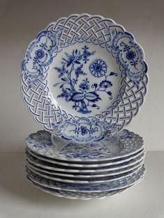 Blue Onion China Cake Plates, Set of 6 Vintage White Ceramic Zwiebelmuster Flower Dessert Plates with Lattice Edges Blue And White China, Blue China, Blue Dishes, White Dishes, Blue Onion, Antique Dishes, Blue Plates, China Plates, Himmelblau