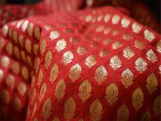 Ceci est une belle benarse pur brocart de soie motifs floraux conception tissu rouge et or. Le tissu illustrent petits motifs tissés d'or sur fond rouge.  Vous pouvez utiliser ce tissu pour faire...