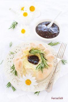 Camembert im Brotteigmantel mit einer tollen Brotkruste. Einfaches und leichtes Rezept von herzelieb.