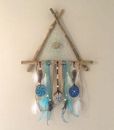 Suspension triangulaire Attrape-rêves en bois flotté Decoration, Driftwood, Dream Catcher, Home Decor, Painted Driftwood, Abstract Paintings, Pebble Stone, Decor, Dreamcatchers