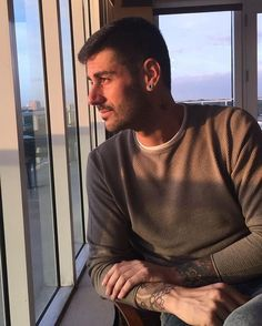 Amaneciendo en Miami Love Him, Crushes, Men Sweater, Boys, Singers, Miami, Disney, Pretty Phone Backgrounds, Background Pics