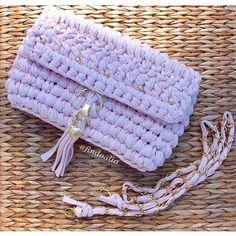 Com alças removíveis para usar como carteira de mão ou a tiracolo.  Versátil