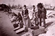 Desde el establecimiento de la capitalidad en Madrid en el siglo XVI hasta bien entrado el XX, las márgenes del río Manzanares eran utilizadas como lavaderos de ropa a su paso por la ciudad. A fines del siglo XIX lle