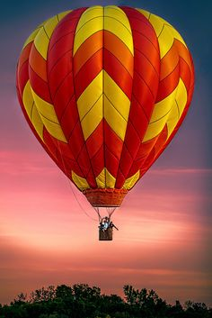 Beautiful red, orange and yellow hot-air balloon Air Balloon Rides, Hot Air Balloon, Balloons Photography, Air Ballon, Expo, Ciel, Beautiful World, Cappadocia, Painting