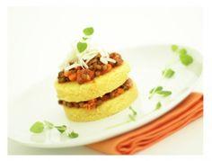 Polentatürmchen mit Linsen Bolognese - Rezept Ein vegetarisches und preisgünstiges Rezept, dass ein herrlich pikantes Törtchen abgibt.