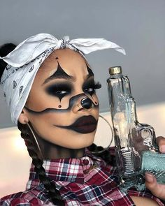 Want to be a clown this Halloween? Haven't decided on makeup? We have found 43 of the best clown makeup ideas. Easy Clown Makeup, Halloween Makeup Clown, Amazing Halloween Makeup, Halloween Eyes, Halloween Looks, Cute Makeup, Halloween 2019, Scar Halloween Costume, Black Girl Halloween Costume