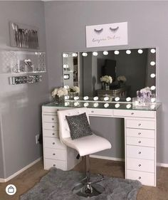 40 Kreative DIY-Make-up-Vanity-Design-Ideen die Inpire sind Creative Makeup Look. - 40 Kreative DIY-Make-up-Vanity-Design-Ideen die Inpire sind Creative Makeup Looks die DIYMakeupVanityDesignIdeen Inpire kreative sind Makeup Room Decor, Makeup Vanity Decor, Makeup Vanity With Lights, Diy Makeup Desk, Light Up Vanity, Bedroom Makeup Vanity, Makeup Box, Prom Makeup, Eyebrow Makeup