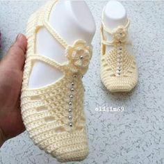 Crochet ideas that you'll love Crochet Shoes Pattern, Crochet Baby Booties, Crochet Slippers, Crochet For Kids, Free Crochet, Knit Crochet, Crochet Hats, Knitting Patterns, Crochet Patterns