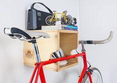 Bikeria Prateleira para a sua bicicleta ficar pendurada na parede. Feito em madeira #designoteca #furniture #bike Bike Storage Wood, Kayak Storage, Bicycle Tools, Bicycle Rack, Indoor Bike Rack, Bike Wall Mount, Range Velo, Bike Shelf, Bike Hanger