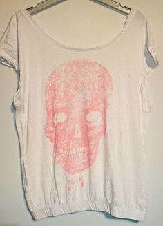 Bonita camiseta oversize de color blanco con una calavera central de color rosa claro.  Compra mi artículo en #vinted http://www.vinted.es/ropa-de-mujer/camisetas/362761-camiseta-calavera-rosa-de-bershka-m