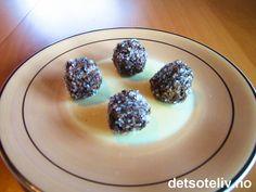 """""""Romkuler"""" er kjempegode konfektkuler med havre, sjokolade og rom. Kulene rulles i perlesukker. Oppskriften gir 35 stk."""