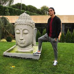 Роналду осквернил статую Будды🙏  Сегодня утром КриРо повторил привычную процедуру и выложил фото c подписью «Bom dia», что переводится как «Доброе утро»возле своего дома в Мадриде. На фотографии, Криштиану поставил одну ногу на статую Будды.  Вряд ли, португалец хотел кого-либо оскорбить или задеть, чьи-то чувства, но реакция людей на данный снимок была крайне негативной. Тысячи пользователей Facebook обрушились с критикой в адрес КриРо. Вот лишь некоторые из десятков тысяч сообщений:  «Это…