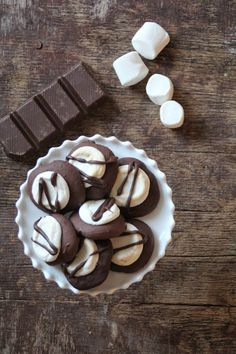 Mat på Bordet: Sjokolade cookies med marshmallow topp Marshmallow Cookies, Köstliche Desserts, Delicious Desserts, Marshmallows, Christmas In Connecticut, No Bake Cookies, Baking Cookies, Chocolate Cookies, Biscuits