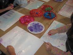 Els nens pinten amb gel al Museu de l'Aigua