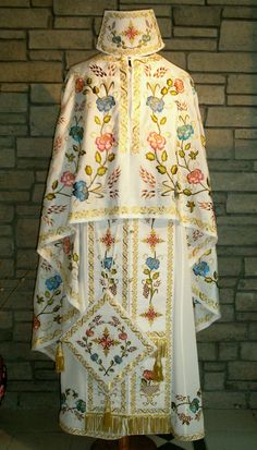 Clerical vestments Orthodox Priest, Couture Sewing Techniques, Catholic Crafts, Christian Symbols, Clothing Patterns, Flower Embroidery, Outfits, Clothes, Thesis