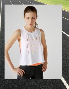 T-shirt sport mesh e texto dourado. Descubra esta e muitas outras roupas na Bershka com novos artigos cada semana