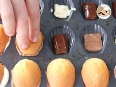 White, milk or dark, the crisp of the chocolate mixed with moist madeleines won't let you indifferent ! - Recipe Dessert : Madeleines with chocolate - video. Great Desserts, Dessert Recipes, Charlotte Torte, Madeleine Cake, Chocolate Videos, Cap Cake, Tolle Desserts, Eggless Desserts, French Patisserie