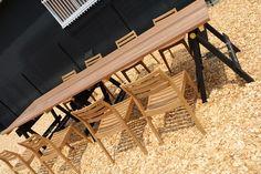ドロフィーズキャンパスにあるドッグランに設置した造作大テーブル。脚は木製のバリケードです。テーブル板はバツ材で作ったもので、木のぬくもりが感じられる大テーブル。板をバリケードに置いただけの簡単な作りで、移動も楽ちん。お家でBBQなどされる方、ぜひ参考に! www.slow-garden.net 静岡県浜松市  ·  静岡県浜松市北区都田にあります株式会社 都田建設 「DLoFre's(ドロフィーズ)」のエクステリアチーム「Slow Garden」のアカウントになります。 浜松市を中心に磐田市、袋井市、掛川市、湖西市、豊橋市、豊川市、新城市周辺の静岡県西部から愛知県東部で庭づくりを行っています