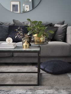 Grey velvet sofa from IKEA, green marble coffeetable, big round mirror. Sammetssoffa, marmorbord, rund spegel.