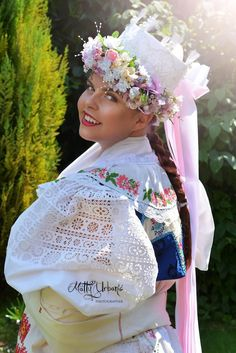 (1) Letné parádenie príbytkov: hrniec a FOLK ploter na stene / LUXURYday » SAShE.sk - slovenský handmade dizajn Heart Of Europe, Beautiful Costumes, Arte Popular, Big Bows, People Of The World, Traditional Outfits, Hand Embroidery, Celtic, Beautiful People