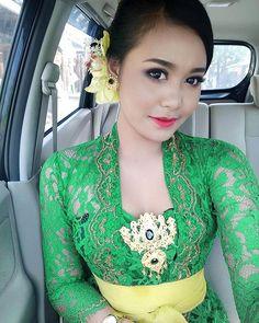 Mc Pesta Kesenian Bali 💚.... Kebaya Bali, Kebaya Dress, Beauty Full Girl, Beauty Women, Bali Girls, Bali Fashion, Vietnamese Dress, Indonesian Girls, Beautiful Asian Women