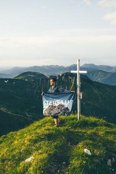 Grünes Gras, ein hammer Ausblick: Die Natur von ihrer schönsten Seite. Deshalb lieben wir das Wandern. STEIGAUF mit Bergsteiger. ⛰️  #steigauf #adventures #nature #mountains #inspiration #motivation #bergsteiger #flags #hiking #scenery #greengras #wanderlust Wanderlust, Escalade, Oregon, Motivation, Green Grass, Great View, Thailand Travel, Inspiration, Travel Photos