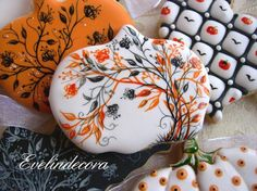 halloween Evelindecora biscuits cookies pastries Sucre vanilla decorated with royal icing and painted freehand with food coloring gel Squires Kitchen Halloween Pumpkin Cookies, Thanksgiving Cookies, Fall Cookies, Iced Cookies, Halloween Desserts, Cute Cookies, Halloween Cakes, Royal Icing Cookies, Holiday Cookies