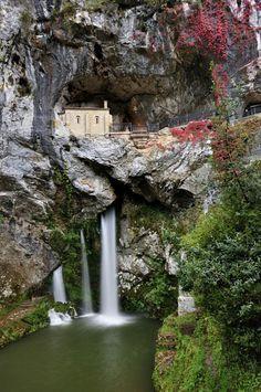 Capilla de Covadonga, Asturias, España  Localizador GPS N 43.31120 W 5.05429  Parking. N 43.30762 W 5.05281 Santuario.