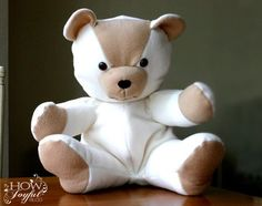 Make a teddy bear with this step by step tutorial and FREE PATTERN. Perfect for a memory bear or present for the little ones in your life! Teddy Bear Patterns Free, Teddy Bear Sewing Pattern, Sewing Toys, Sewing Crafts, Sewing Projects, Diy Projects, Sewing Stuffed Animals, Stuffed Animal Patterns, Diy Teddy Bear