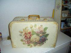 Decoupage Suitcase, Google, Pretty, Trunks, Crafts, Mirror, Wall, Drift Wood, Manualidades