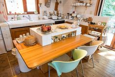 The island with a table, was thought to be as easy to in the middle of cooking work. House Rooms, A Table, Home Kitchens, Kitchen Island, Table Settings, Cooking, Furniture, Home Decor, Kitchen Ideas