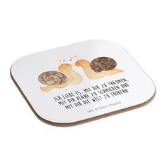 Quadratische Untersetzer Schnecken Liebe aus Hartfaser  natur - Das Original von Mr. & Mrs. Panda.  Dieser wunderschönen Untersetzer von Mr. & Mrs. Panda wird in unserer Manufaktur liebevoll bedruckt und verpackt. Er bestitz eine Größe von 100x100 mm und glänzt sehr hochwertig. Hier wird ein Untersetzer verkauft, sie können die Untersetzer natürlich auch im Set kaufen.    Über unser Motiv Schnecken Liebe  Liebe, Verliebt, Verlobt, Verheiratet, Partner, Freund, Freundin, Geschenk Freundin…