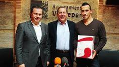 Domingo Sánchez recibe 76 litros de vino de la D.O. Valdepeñas, 'Su peso en vino'