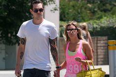 Ashley Tisdale y Christopher French pasean su amor. La cantante y actriz no se separa de su prometido, desde que anunciaron su compromiso esta semana.