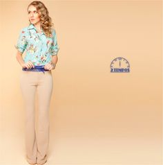 Calça bege com textura! A cor neutra contrasta com a camisa estampada de fundo azul. Esse look é um charme! O que acharam?