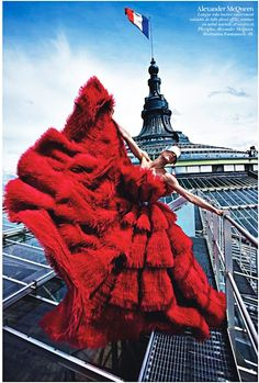 En plumes rouges sur les toits de Paris... Vogue Paris