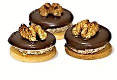 Krémem slepovaná kolečka zdobená čokoládou a ořechy