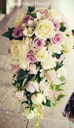 Ramo en cascada con rosas