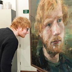WEBSTA @ jorgeherreraphotography - Ed Sheeran studying his new portrait by artist Colin Davidson. Ed Sheeran Brasil, Colin Davidson, Edward Christopher Sheeran, Ed Sheeran Memes, Ed Sheeran Love, Ginger Head, Lauren Daigle, Chris Tomlin, Beautiful People